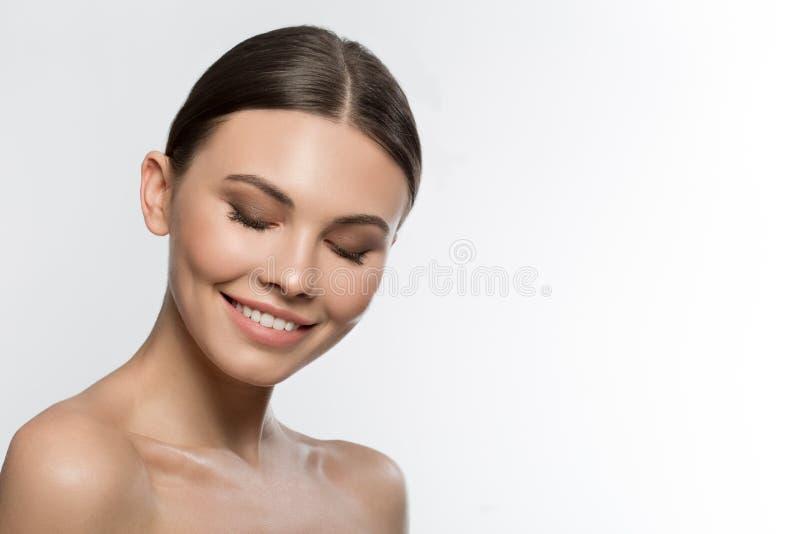Schöne junge Frau wird über ihre perfekte Haut aufgeregt stockfotos