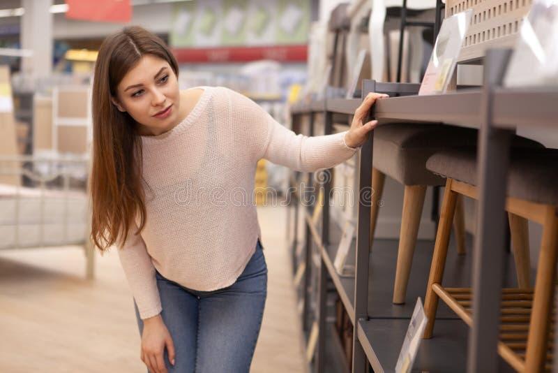 Schöne junge Frauen, die im Hausausstattungsspeicher kaufen lizenzfreies stockbild