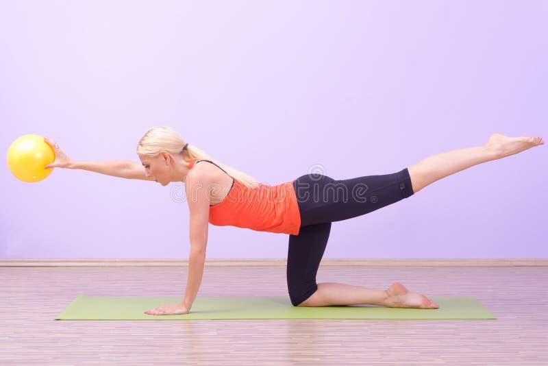 Schöne junge Frauen, die Pilates tun stockbild