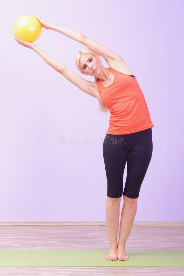 Schöne junge Frauen, die Pilates tun lizenzfreie stockfotografie