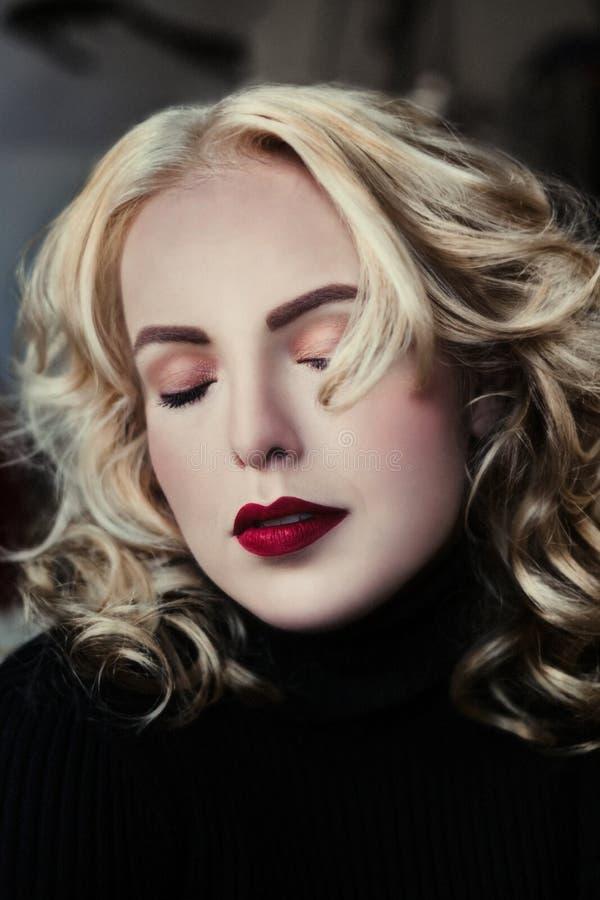 Schöne junge Frauen mit geschlossenen Augen und Rot lizenzfreie stockbilder