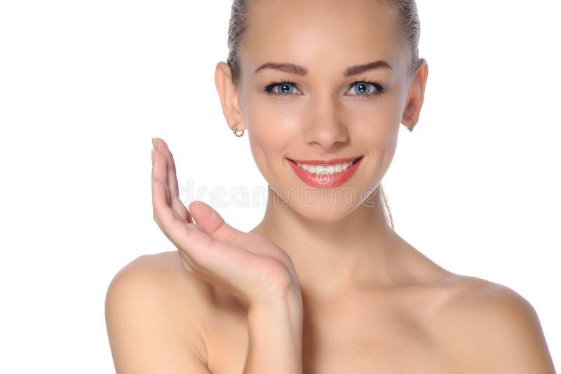 Schöne junge, frische, gesunde Frau mit perfekter Haut stockfoto