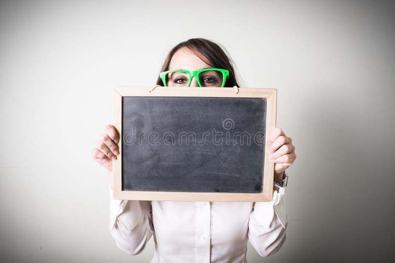 Schöne junge Geschäftsfrau halten blackboar lizenzfreies stockfoto