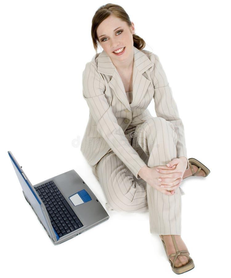 Schöne junge Geschäftsfrau mit Laptop lizenzfreie stockfotos