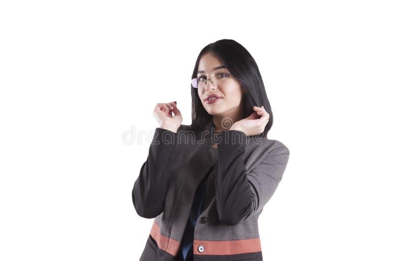 Schöne junge Geschäftsfrau, tragende lächelnde Klammern der Brunettegläser lokalisiert lizenzfreie stockfotos