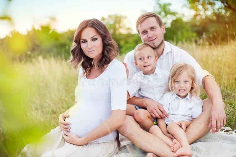 Schöne junge glückliche Familie lizenzfreie stockfotos