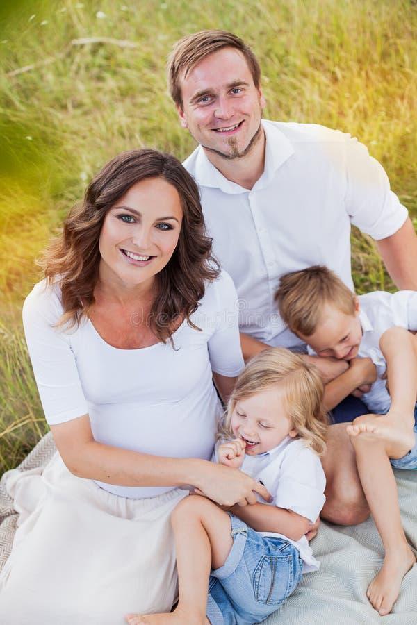 Schöne junge glückliche Familie stockbilder
