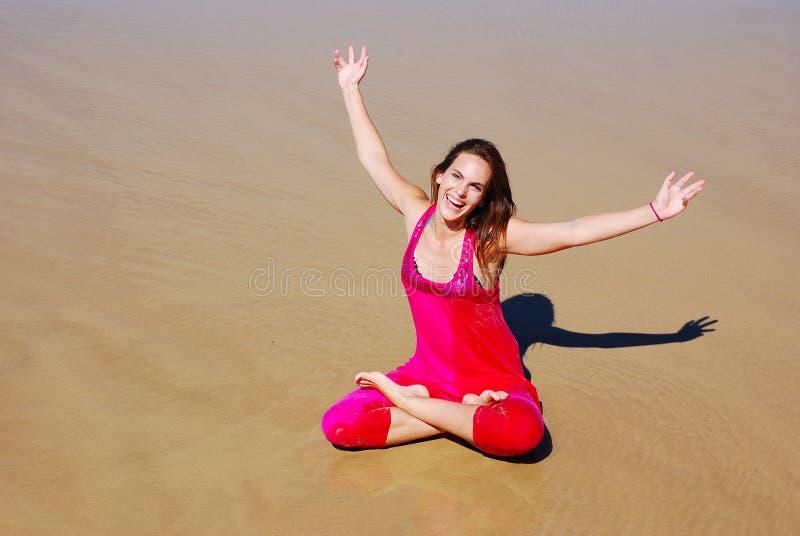 Schöne junge glückliche Feiertagsfrau stockfoto