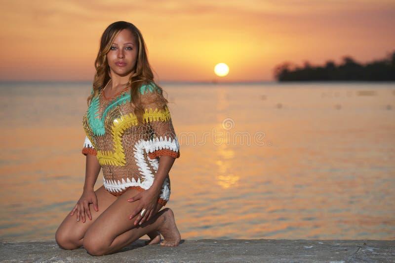 Latina-Schönheit im Jamaika-Strand-Sonnenuntergang lizenzfreies stockfoto