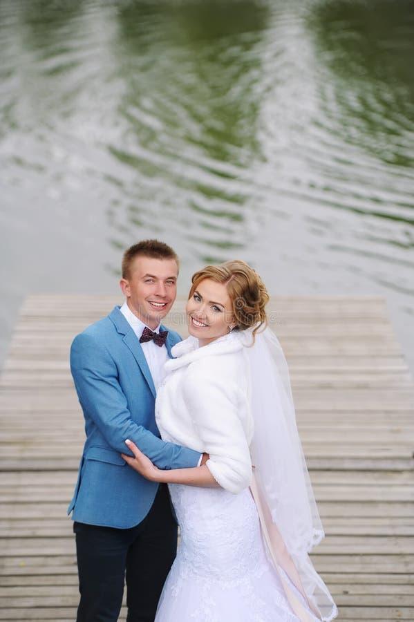 Schöne junge Hochzeitspaare lizenzfreies stockfoto