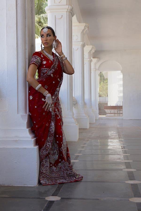 Schöne Indische Glückliche Frau In Der Roten Sari ...