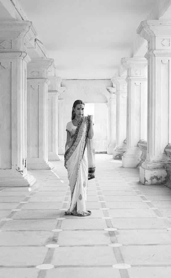 Schöne junge indische Frau in der traditionellen Kleidung mit Braut lizenzfreie stockfotografie
