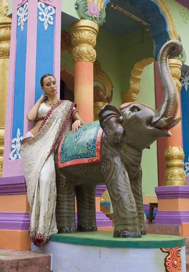 Schöne junge indische Frau in der traditionellen Kleidung mit Braut lizenzfreies stockbild