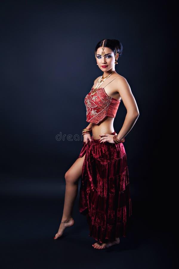 Schöne junge indische Frau in der traditionellen Kleidung mit Weihrauchbrautmake-up lizenzfreie stockbilder