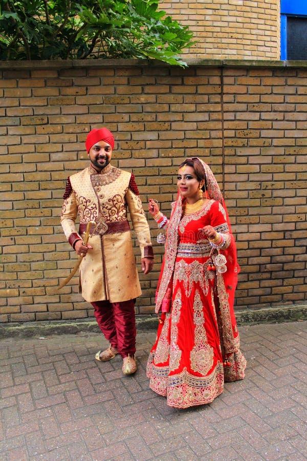 Schöne junge indische Paare, die auf London-Straße Großbritannien gehen stockbilder