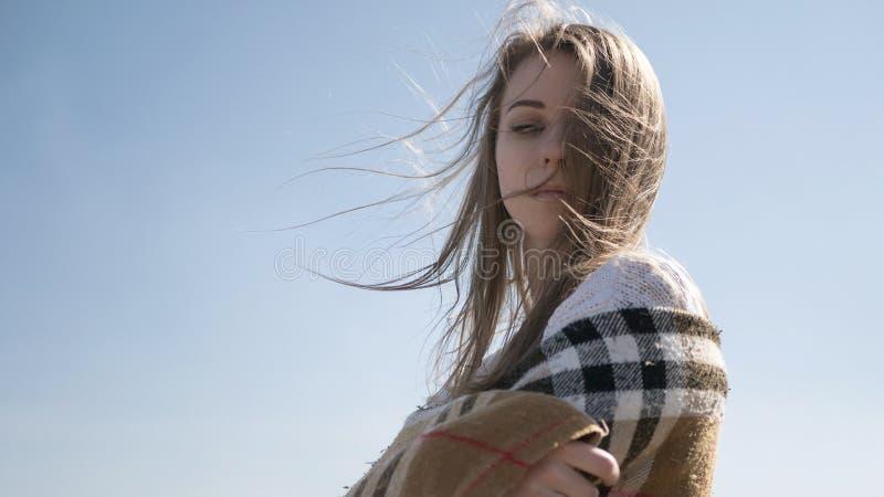 Schöne junge jugendliche kaukasische Frau in einem Plaidgehen denken stockbild