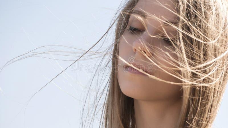 Schöne junge jugendliche kaukasische Frau in einem Plaidgehen denken stockfotografie