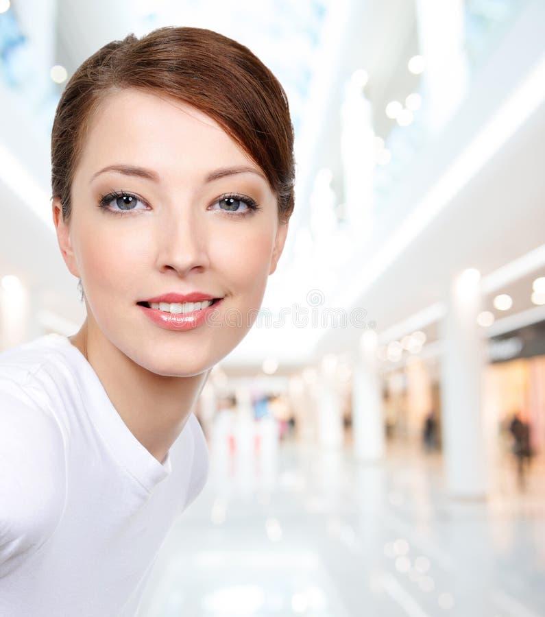 Schöne junge lächelnde Frau lizenzfreies stockfoto
