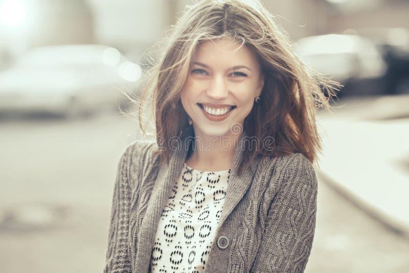 Schöne junge lächelnde Frau - draußen Porträt lizenzfreies stockbild