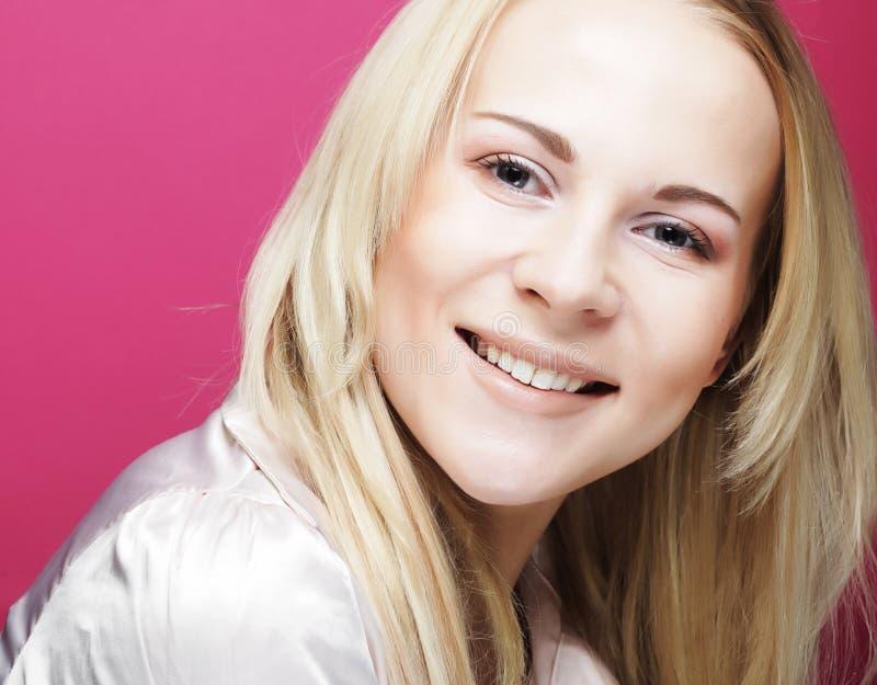 Schöne junge lächelnde Frau mit sauberer Haut stockfotos