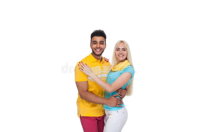 Schöne junge Liebes-lächelnde Umfassung des glücklichen Paars, hispanisches Mann-Frauen-Lächeln stockfoto