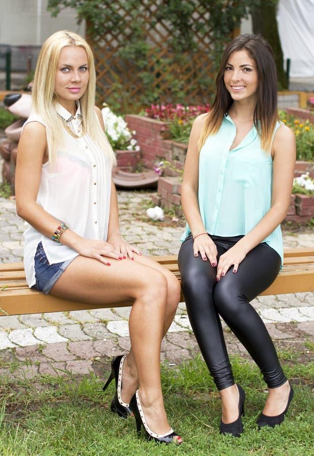 Schöne junge Mädchen im Park lizenzfreie stockfotos
