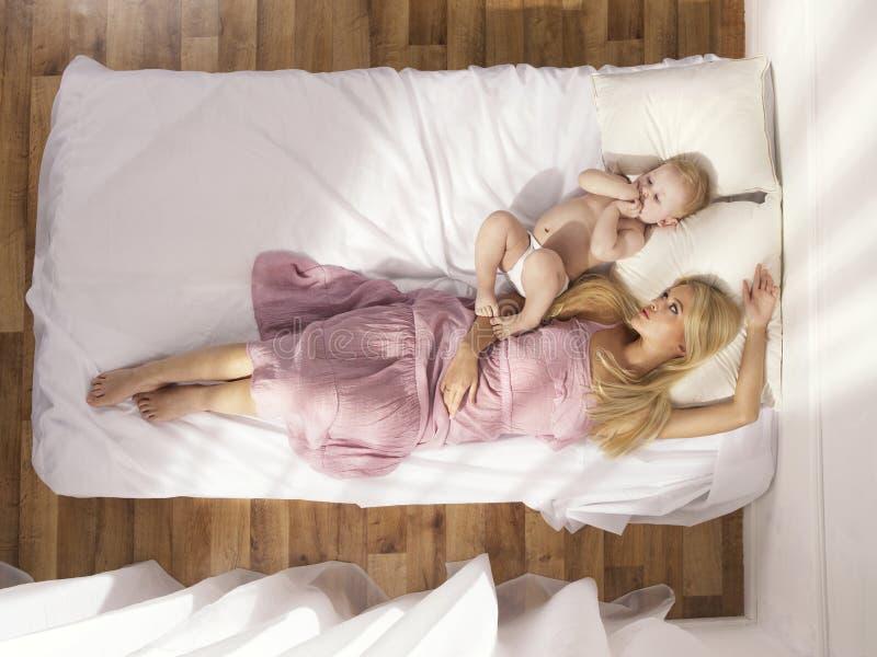 Schöne junge Mamma mit blankem Schätzchen stockfotografie
