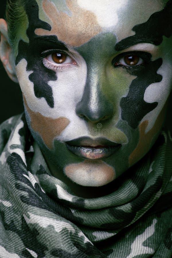 Schöne junge Modefrau mit Militärart stockbilder