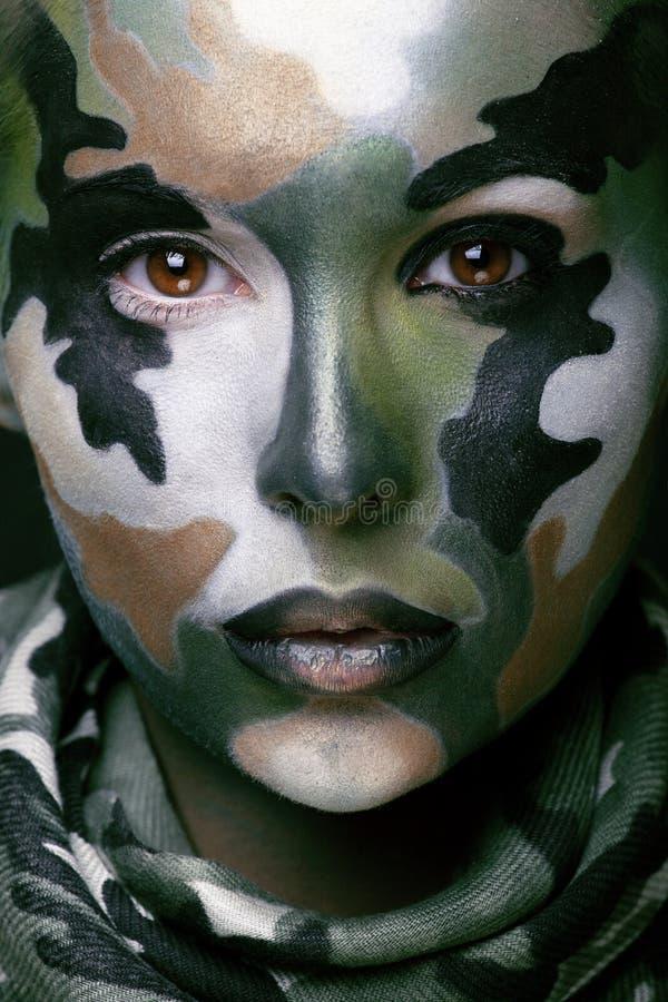 Schöne junge Modefrau mit Militärart stockbild