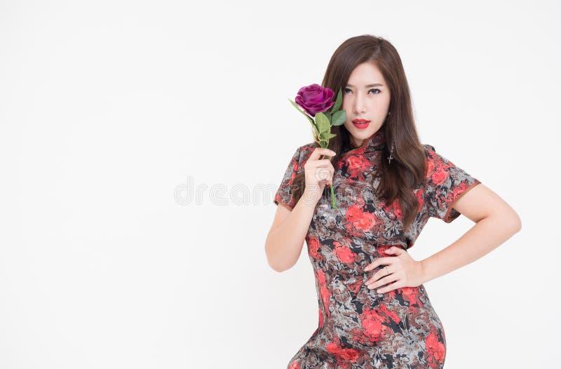 Schöne junge moderne Asiatin, die Blumen hält stockbild