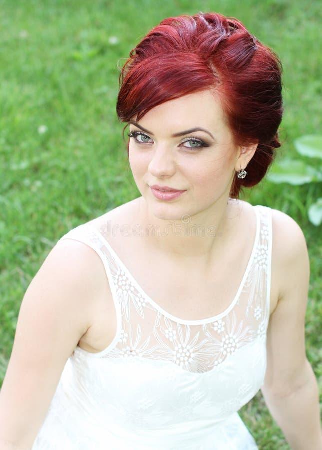 Schöne junge moderne Braut lizenzfreie stockfotos