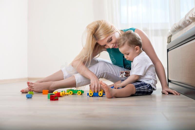 Schöne junge Mutter mit ihrem kleinen Kind stockbild
