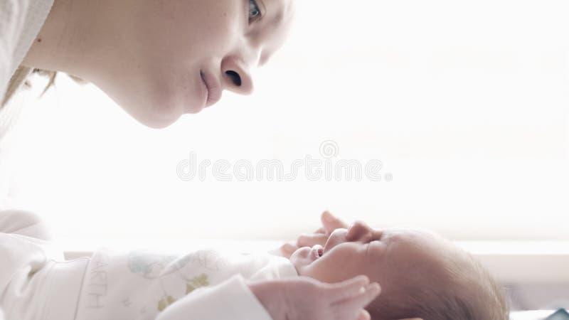 Schöne junge Mutter mit schreiendem Baby stockfoto