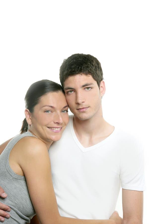 Schöne junge neue moderne Paare umarmen auf Weiß stockfoto