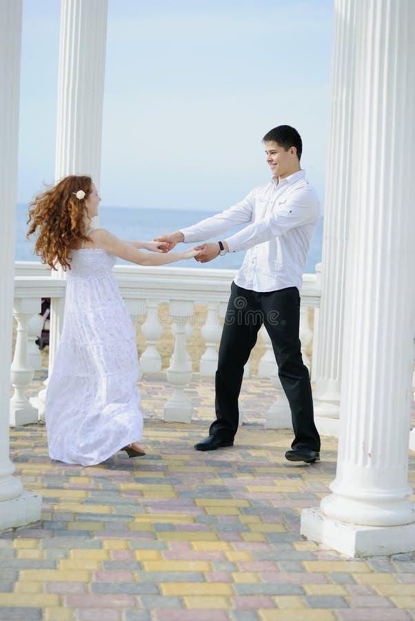 Schöne junge Paare in der Liebe nahe dem Meer lizenzfreies stockbild