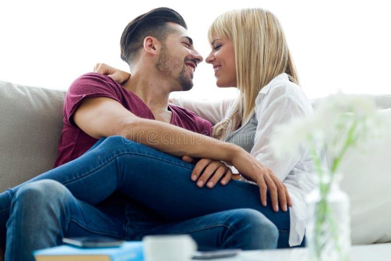 Schöne junge Paare in der Liebe zu Hause stockbilder