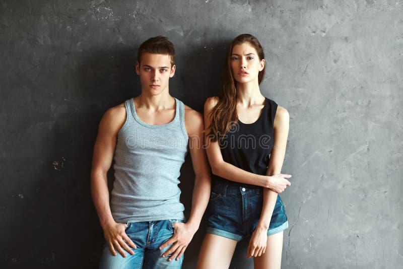 Schöne junge Paare der Mode stockbild