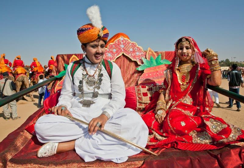 Schöne junge Paare in der nationalen Kleidung stockbild
