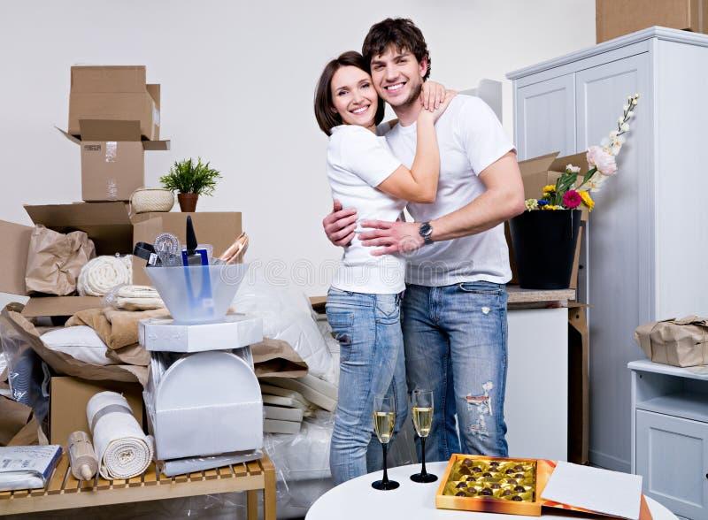 Schöne junge Paare in der neuen Ebene stockfotografie