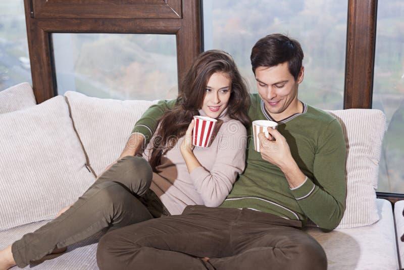 Schöne junge Paare, die auf dem Bett sich entspannen lizenzfreie stockbilder
