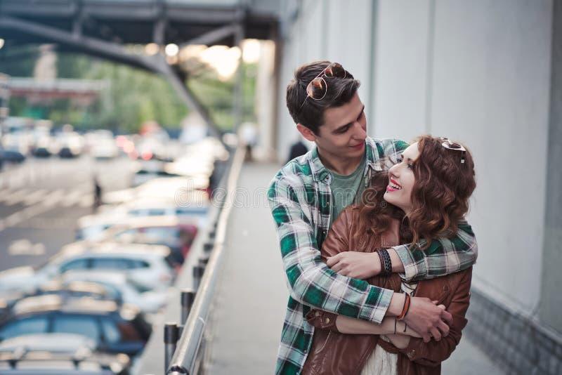Schöne junge Paare, die auf der Straße umarmen lizenzfreie stockfotos