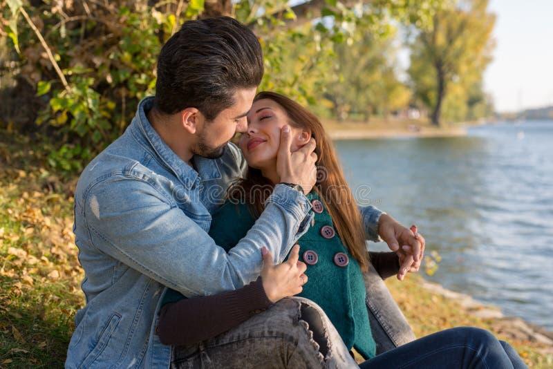 Schöne junge Paare, die ihren ersten Kuss haben lizenzfreies stockbild