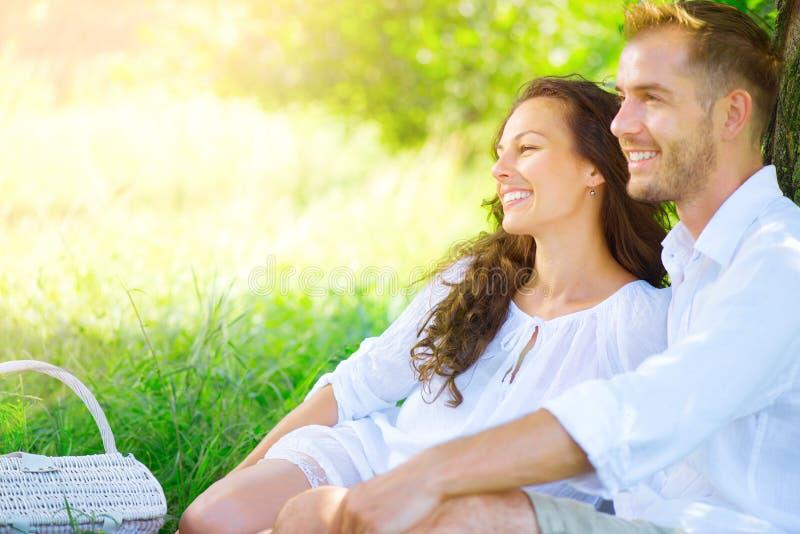Schöne junge Paare, die romantisches Picknick haben lizenzfreies stockfoto