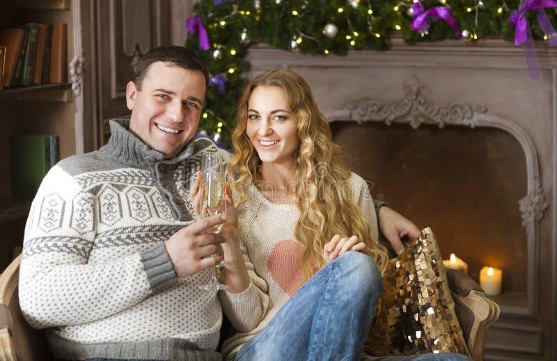Schöne junge Paare, die Weihnachtstrinkenden Champagner feiern lizenzfreie stockfotografie