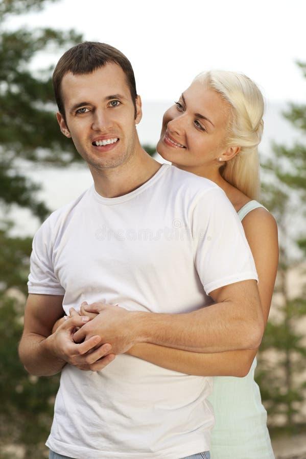 Schöne junge Paare draußen stockbild