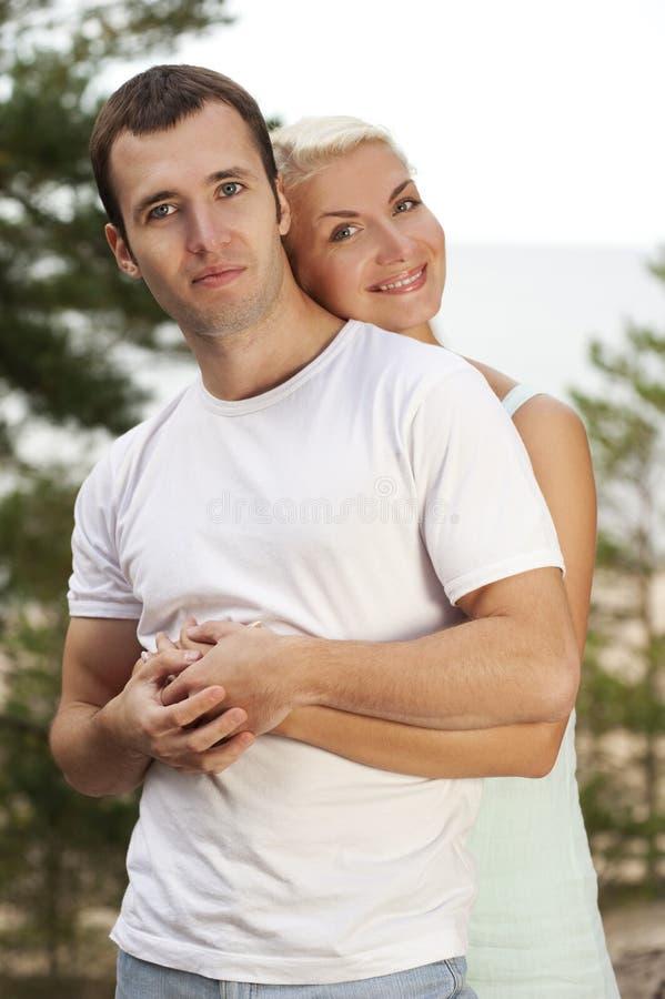 Schöne junge Paare draußen lizenzfreie stockfotografie