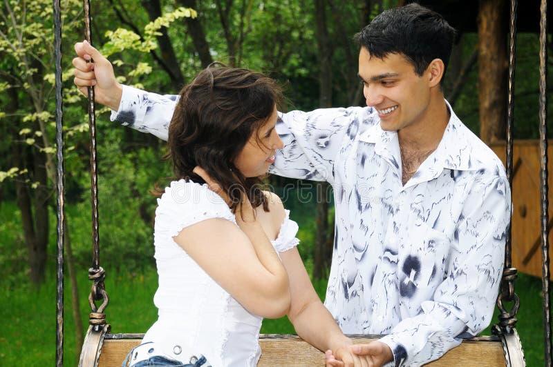 Schöne junge Paare draußen im Park lizenzfreie stockfotos