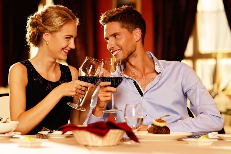 Schöne junge Paare im Restaurant stockbilder