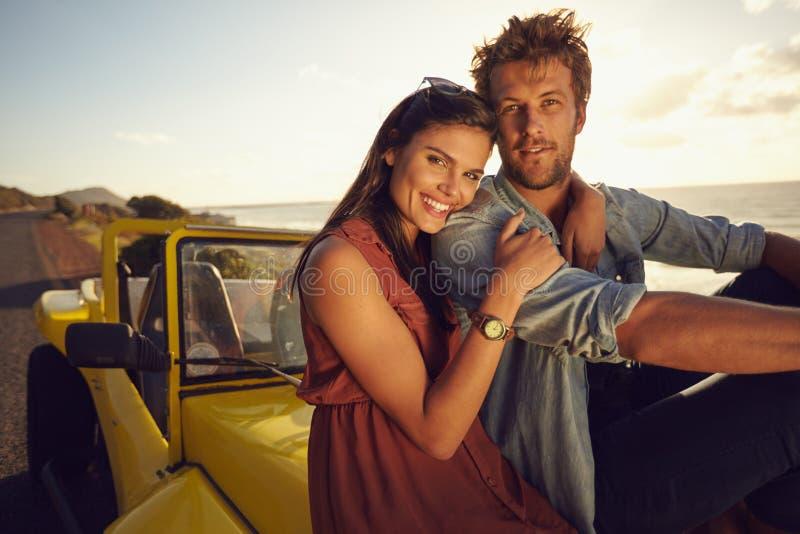 Schöne junge Paare zusammen an einem Feiertag stockbild