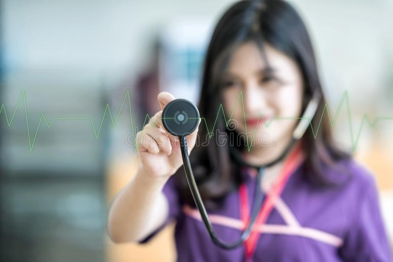 Schöne Junge pflegen das Halten des Stethoskops und das Hören auf gree lizenzfreies stockfoto